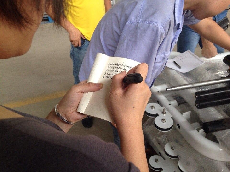 Представитель компании записывает наши пожелания по биомеханике тренажеров
